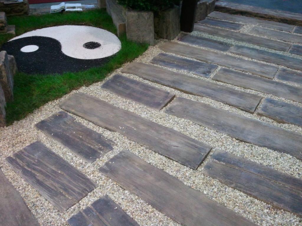 Betonový chodník, nerozeznatelný od toho dřevěného Foto: Archiv